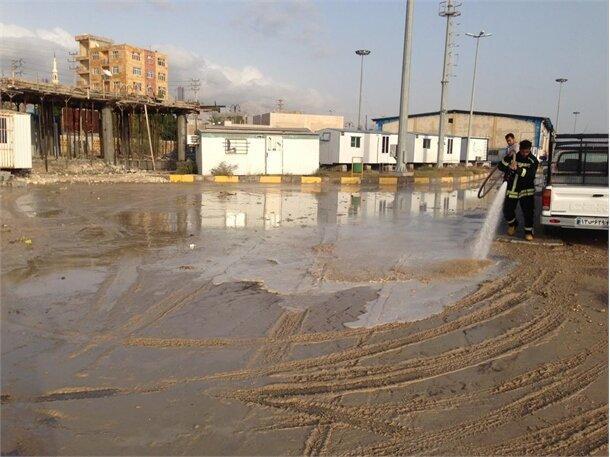 پاک سازی آثار سیل روز گذشته در محوطه های عملیاتی و اداری بندر کنگان
